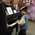 дете свири на пиано