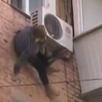 Късмет: Баба увисна на климатик секунди, преди да се размаже на земята (ВИДЕО)