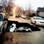 Наводнения в Чикаго. Дупка погълна три коли!