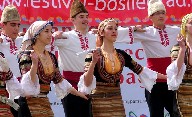 """10-ят фестивал за автентичен фолклор """"Между три планини"""""""