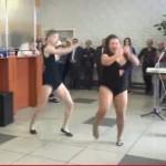 Вижте шеметните танци на апетитната Боня и хилавия Кузмич (ВИДЕО)