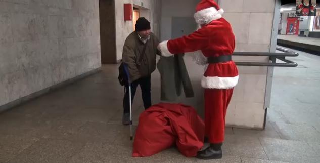 Дядо Коледа помага на бездомни хора