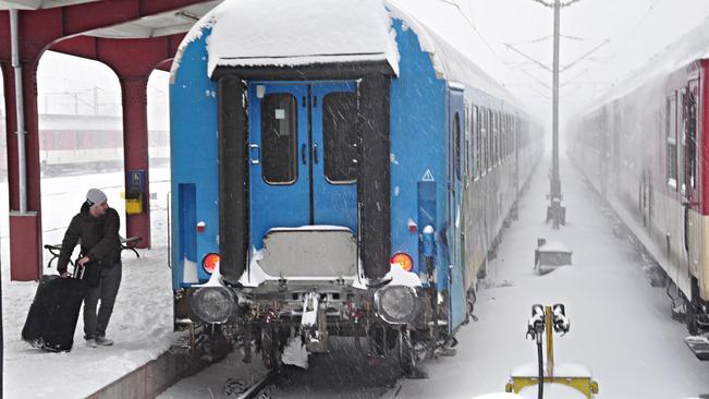 Влакът Варна-София закъса в снега до Стара Загора