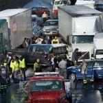 Яко меле в Пенсилвания! Над 100 коли се размазаха в 75 камиона (ВИДЕО)