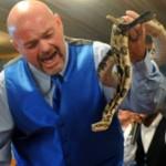 """Ужас! Змия уби известен водещ от """"Нешънъл джиографик"""""""