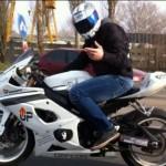 Бесен моторист се гаври с полицията, върти гуми в центъра на Бургас (СНИМКИ)