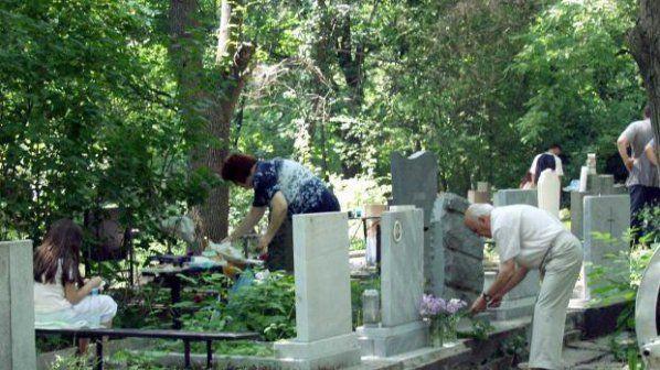 Измамници обикалят гробища и обещават връзка с душите на мъртвите
