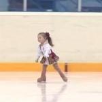 Детенце открива състезание по фигурно пързаляне (уникално видео)