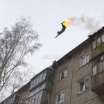 Идиот се запали и скочи от покрива на блока (ВИДЕО)