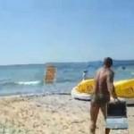 """Култово видео! Ямболски баровец троши лаптопа на щерка си и го хвърля в морето! Крещи на диалект: """"Къв Фейс, бе!"""" /видео/"""