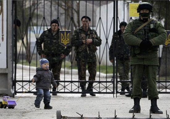 Детето, което проби руския кордон, за да прегърне татко си