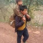 Герой носи всеки ден на гръб своя син-инвалид до училище и обратно