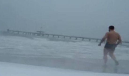 Българин бяга бос по снега и се къпе в морето при -10 градуса! (Видео)