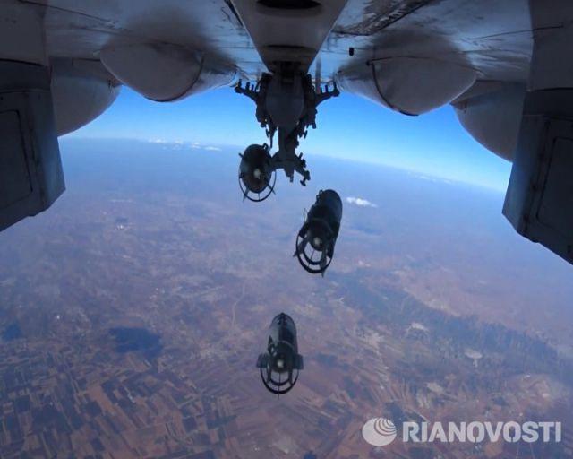 Руски бомбардировач Су-34 пуска бомби