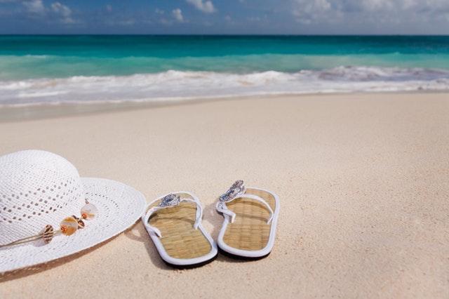 Море, плаж, пясък, почивка, релакс, отпускане, чехли, шапка, вълни