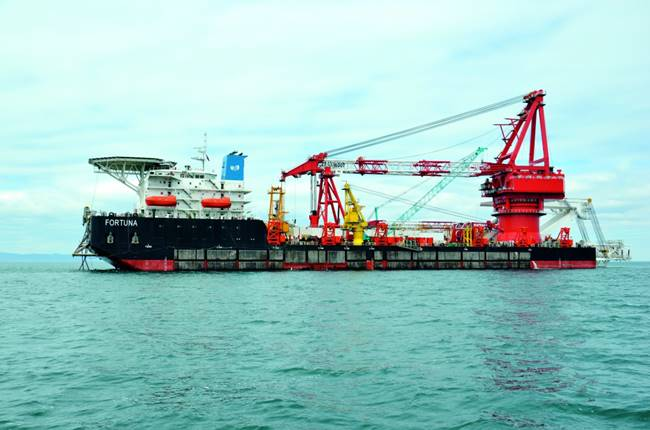 """Руският кораб """"Фортуна"""", който строи последните километри от тръбопровода """"Северен поток-2"""" в германски води"""